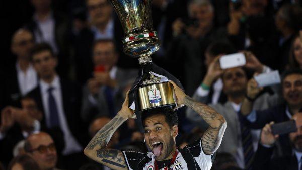 Alves celebra la Copa de Italia