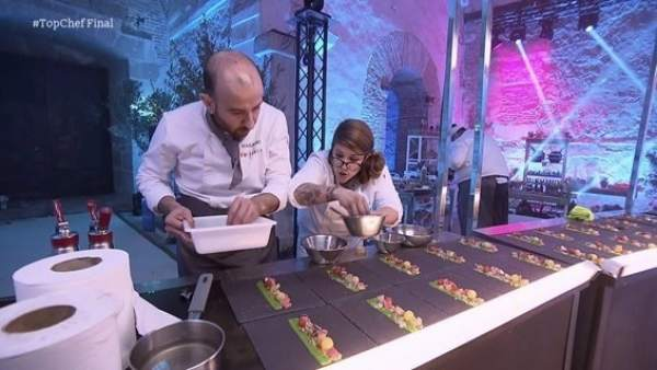 Rakel supervisa el emplatado de su plato en la final de Top Chef 4