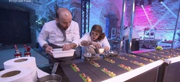 Rakel supervisa el emplatado de su plato en la final de Top Chef 4
