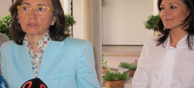 Aguilar interviene observada por la delegada del Gobierno andaluz, Rafi Crespín