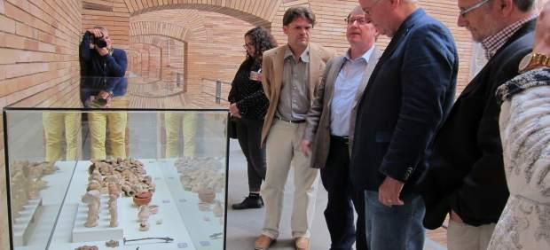 Los responsables de la exposición en el MNAR miran algunas de las piezas