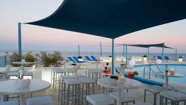 Hotel el puerto de Fuengirola turismo establecimiento piscina relax ocio turista