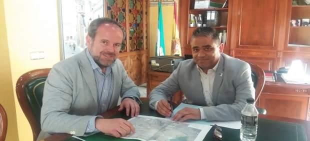 Algar (izda.) y Ruiz durante el encuentro mantenido
