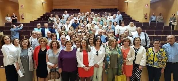 Esther Ruiz (centro) junto al personal jubilado