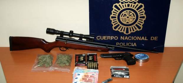 Marihuana, armas y dinero intervenidos.