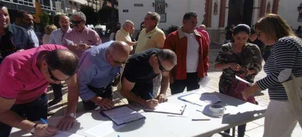 El colectivo de Pensionistas de Huelva recoge firmas en la calle Concepción.