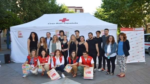 Responsables de Cruz Roja e intérpretes durante la presentación
