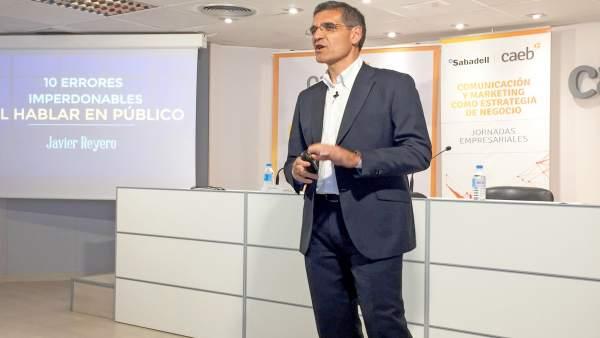 El periodista Javier Reyero imparte una conferencia en la CAEB
