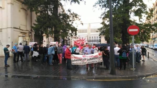 Miembros de la asociación vecinal Favara durante la concentración