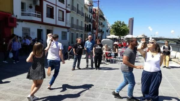La calle Betis acaricia su peatonalización.