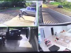 Un hombre descubre a unos ladrones robando en su casa y los atropella