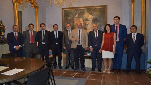 Antonio Ruiz (centro) tras la firma de las operaciones