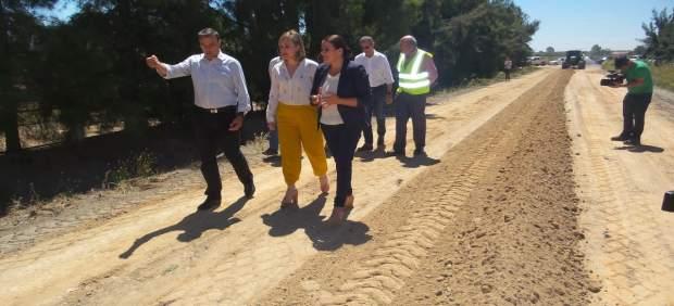 La Diputación trabaja en la adecentación de los caminos rocieros.