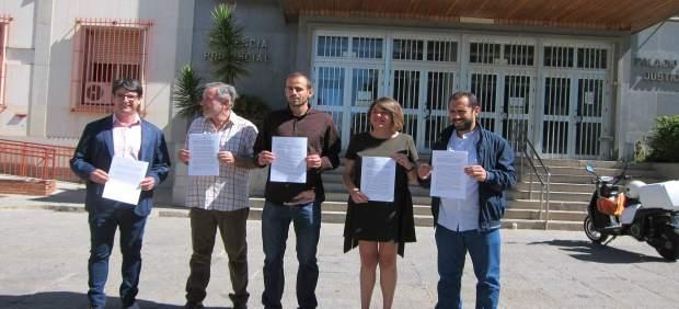 Los dirigentes y representantes de IU ante la Audiencia de Córdoba