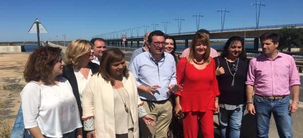 Manuel Andrés González y otros miembros del PP, en el Puente Sifón.