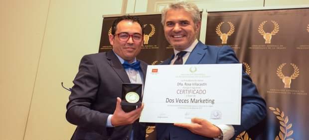 José Hernández, director y CEO de 2 Veces Marketing, recoge el galardón