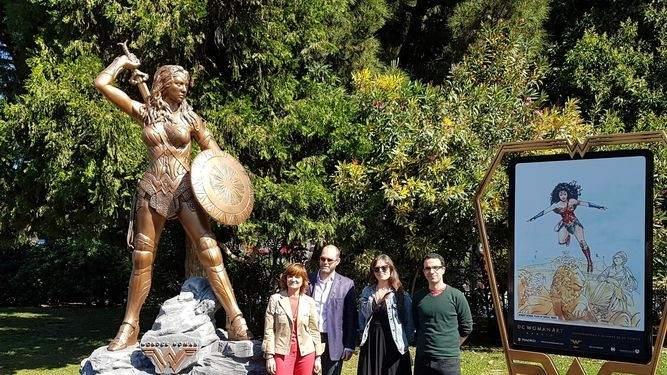 Las hero nas y villanas de dc toman las calles de madrid for Puerta wonder woman