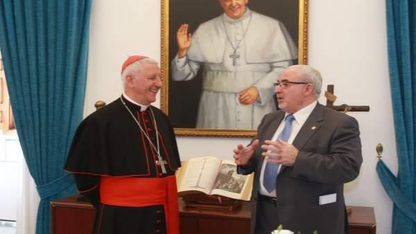 El cardenal Giuseppe Versaldi conversando con  José Luis Mendoza