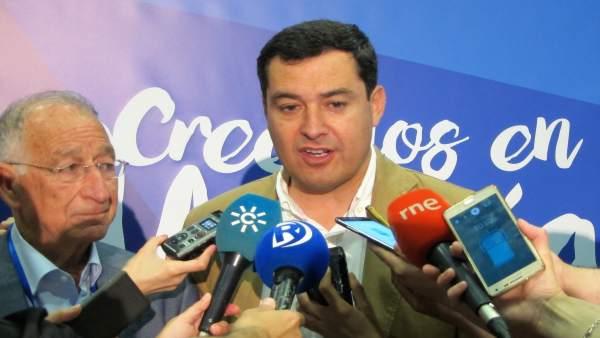 El presidente del PP-A, Juanma Moreno, junto a Gabriel Amat