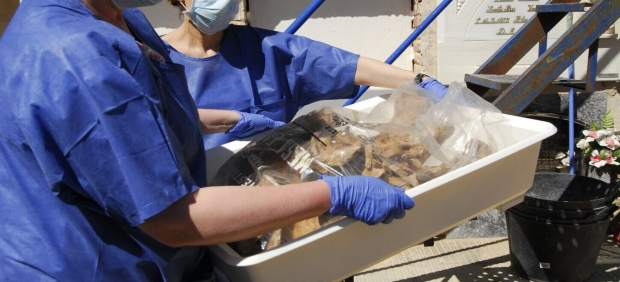 Los técnicos han exhumado dos fosas del cementerio municipal