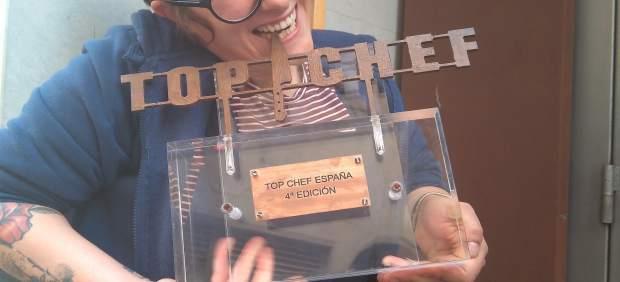 La ganadora ha mordido el trofeo dos días después de la emisión de la final