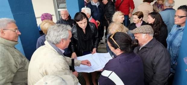 Alcaldesa con vecinos