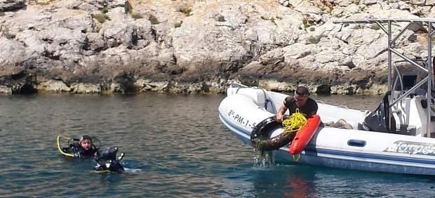 Buceadores limpiando el fondo marino de Cabrera