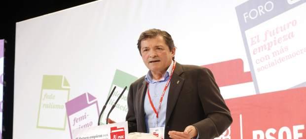 El presidente de la Gestora, Javier Fernández, en el foro político del PSOE