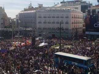 Varios miles de personas respaldan en Sol la moción de Podemos contra Rajoy