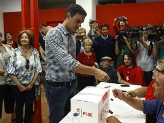 Pedro Sánchez vota en las primarias