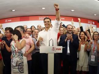 """Pedro Sánchez, entre abucheos a Susana y a Patxi: """"Aquí está el PSOE, aquí está la izquierda"""""""