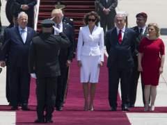 Trump le ofrece la mano a Melania en la visita a Israel y ella le da un manotazo