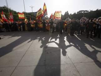 Protesta de ultras ante el Ayuntamiento de Madrid contra el acto de Puigdemont