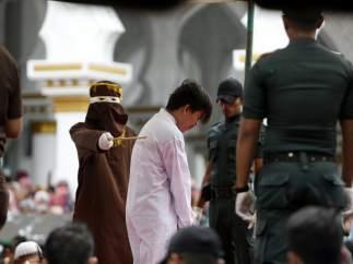 Uno de los acusados de homosexualidad recibe un latigazo en Aceh (Indonesia)
