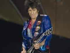 Operan de un pulmón a Ron Wood, guitarrista de los Rolling