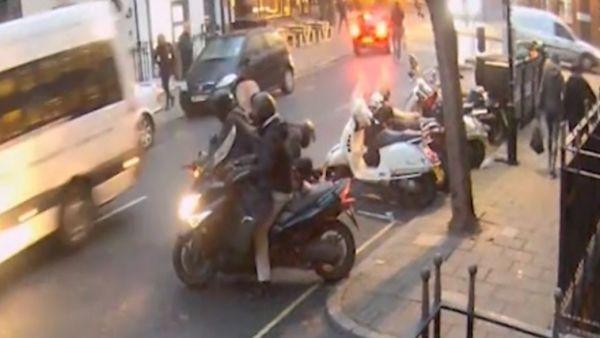 Roban una moto con una radial a plena luz del día