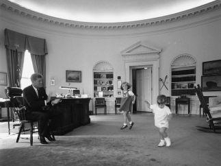 Jugando con sus hijos en el Despacho Oval