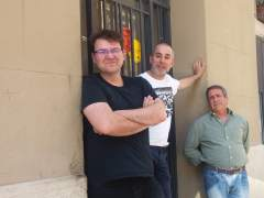 Tres vecinos del bloque de la calle Leiva número 37 de Barcelona que ha sido aquirido por el Ajuntament de Barcelona.