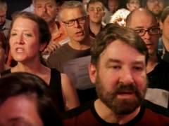 Un coro canta 'Black Hole Sun' como tributo a Chris Cornell