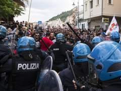 La policía carga contra manifestantes en el G7