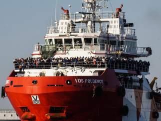 El Prudence llega a Nápoles con 1.500 inmigrantes a bordo tras su desvío obligado por el G-7