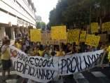 Marcha festiva de padres de la escuela pública Entença de Barcelona contra el traslado del centro.