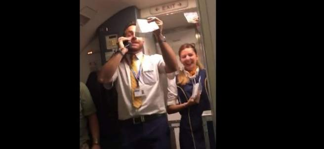 Un azafato de Ryanair versiona 'Despacito' para vender lotería de la aerolínea en los vuelos