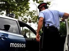 Encuentran un cadáver dentro de un coche en Barcelona con indicios de llevar varios días