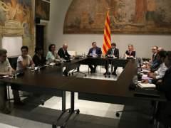 Puigdemont escenifica la vía unilateral del referéndum sin cerrar acuerdos