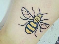 Por qué se ha puesto de moda el tatuaje de la abeja en Mánchester
