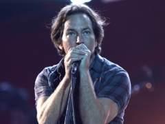 Eddie Vedder da su concierto más oscuro con referencias al suicidio de Cornell