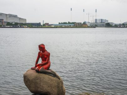 La Sirenita, cubierta de pintura roja