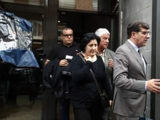 La madre de la niña y su abogado, José María Fuster-Fabra saliendo de los Juzgados de Ripoll.