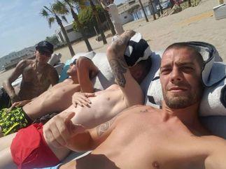 Theo Hernández, relajado en la playa con sus compañeros